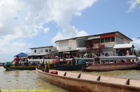 Entre logiques institutionnelles et pratiques spontanées de la frontière : la structuration d'un territoire périphérique autour du bas Maroni (Guyane)