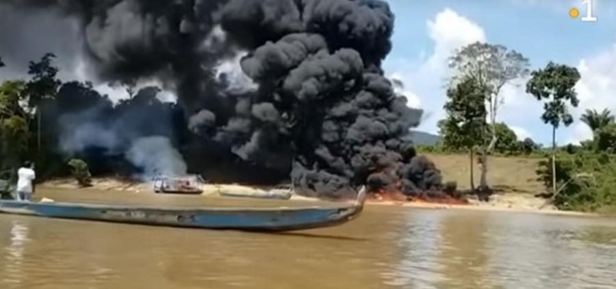 Destruction d'une barge Guyane la Première