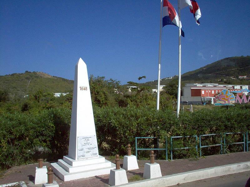 JB82 Un nouveau monument marquant la frontière entre Saint-Martin et Sint Maarten, inauguré en 2008.