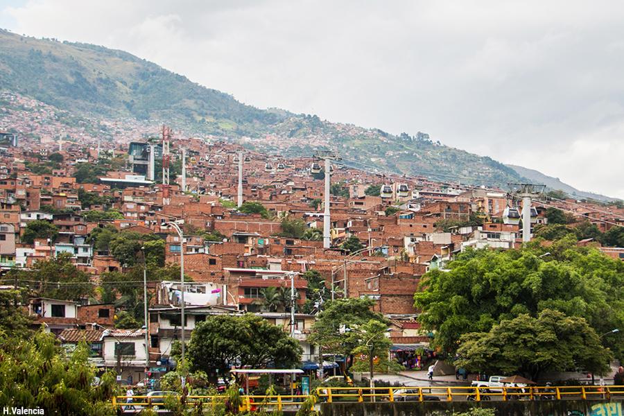Téléphérique et bidonville à Medellin