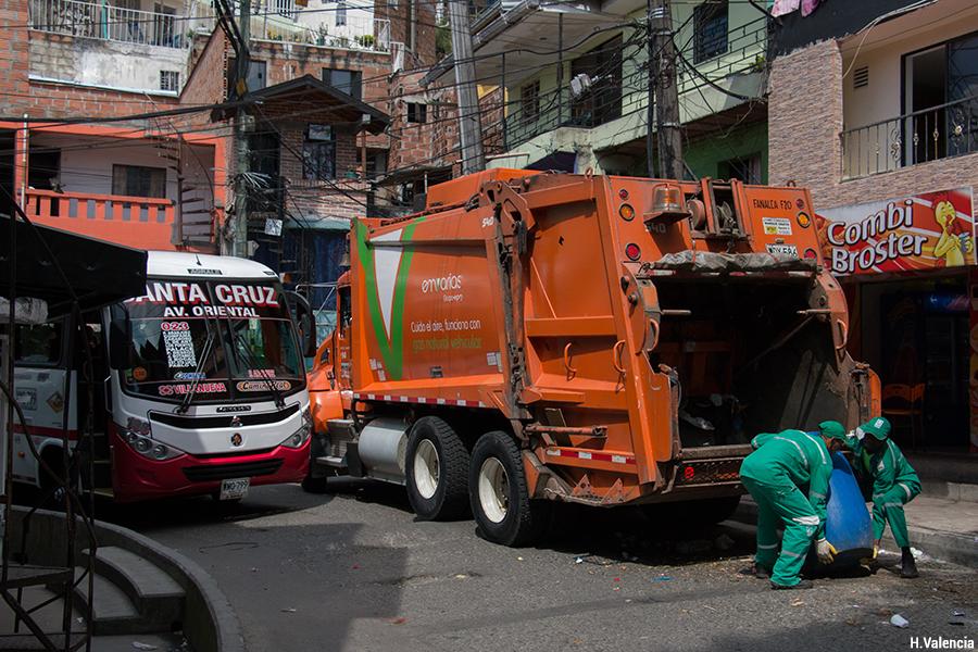 Croisement difficile bus et camion poubelle