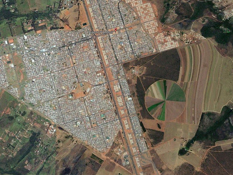 Ville satellite et pivot d'irrigation 1. Google Earth, 2017.