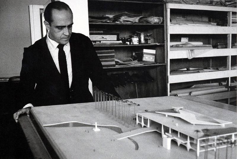 Oscar Niemeyer et la maquette du Planalto