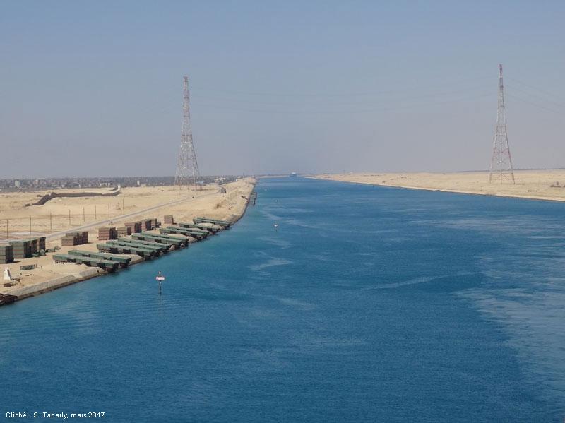 photographie — Ligne à haute tension au dessus du canal