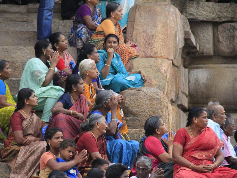 Femmes assistant à une cérémonie (vendredi) au temple hindou de Tanjore (Tamil Nadu)