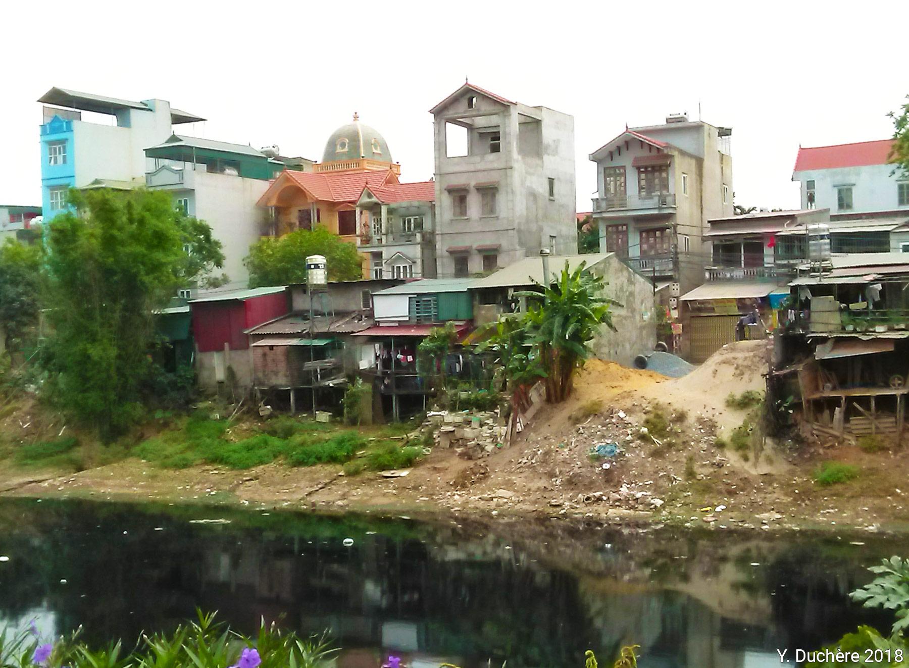 Duchere la pollution de la rivière To Lich à Hanoi photographie