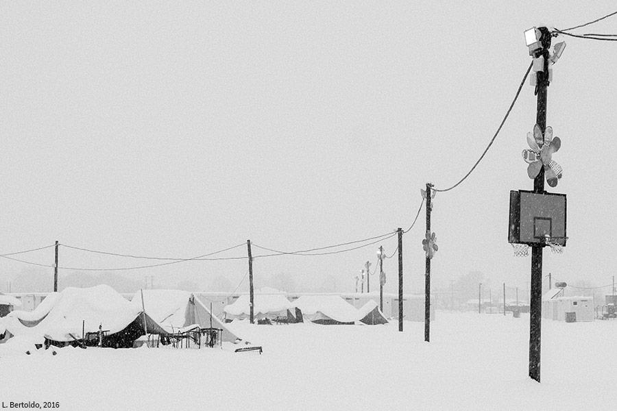 La tente abandonnée dans le camp sous la neige. Photographie L. Bertoldo 2016