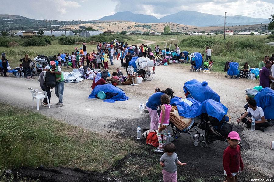 Familles yézidies quittant le camp de Katsikas, photographie