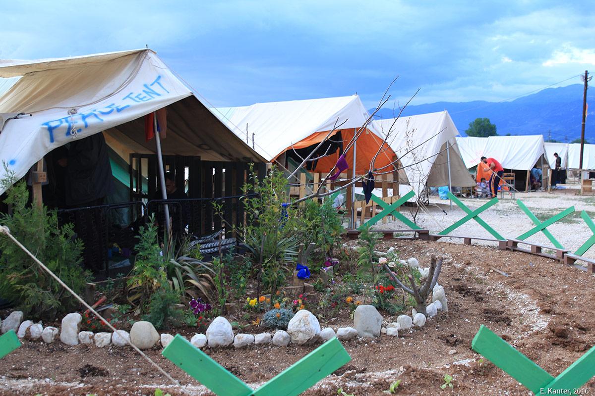 Jardin devant une tente de réfugié dans le camp de Katsikas en Grèce Emma Kanter