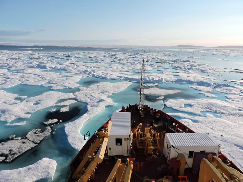 Document 22. Le brise-glace de recherche canadien, l'Amundsen, dans la baie de Baffin. Photo: N. Freyria
