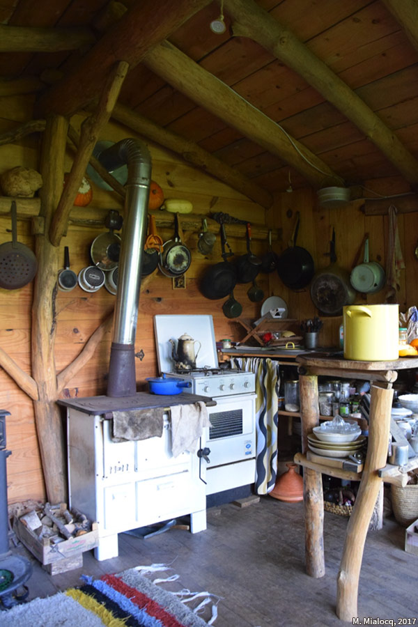 Madeleine Mialocq — photographie cuisine dans une cabane