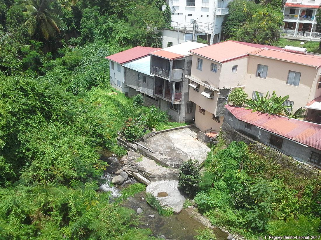 Françoise Pagney Bénito-Espinal – Maisons construites dans le lit de la rivière