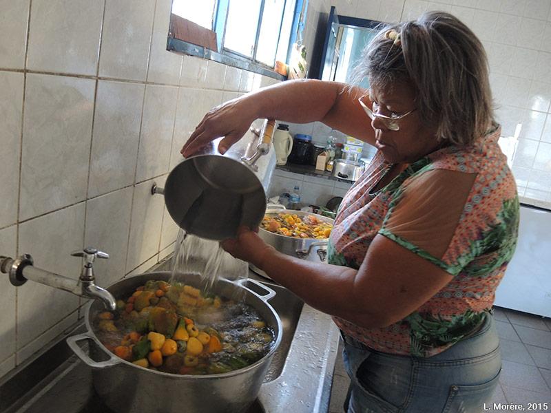 Lucie Morère — photographie Les Cajuís sont décongelés et cuits pour en faire une compote