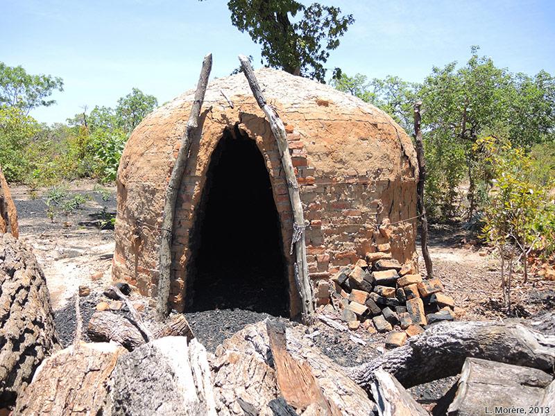 Lucie Morère — photographie Fours artisanaux pour la fabrication de charbon de bois d'eucalyptus