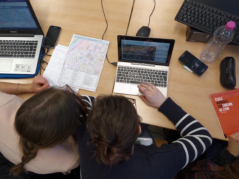 Jean-François Perrat — Travail à partir de traces GPS collectées sur smartphone avec OSMTracker, téléversées et traitées directement dans l'interface de iD