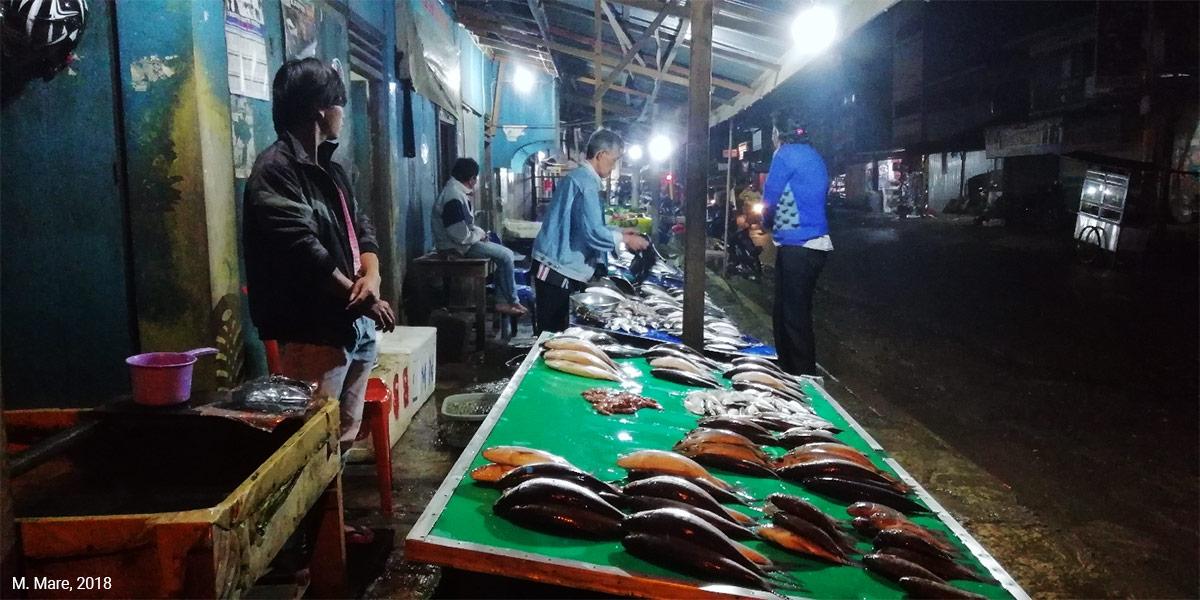 Marché aux poissons en Indonésie