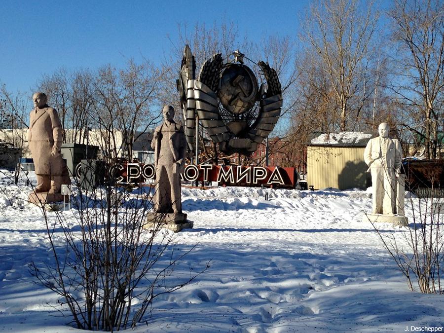 Julie Deschepper — monuments soviétiques dans un parc
