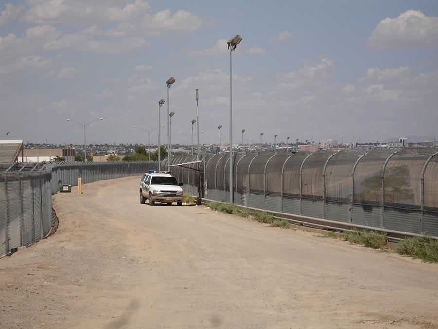 La barrière frontalière à proximité d'El Paso, en août 2017. Photographie du Congrès des États-Unis, libre de droits.